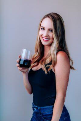 jonge vrouw met rode wijn