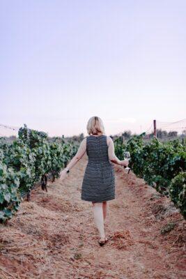 vrouw in wijngaard